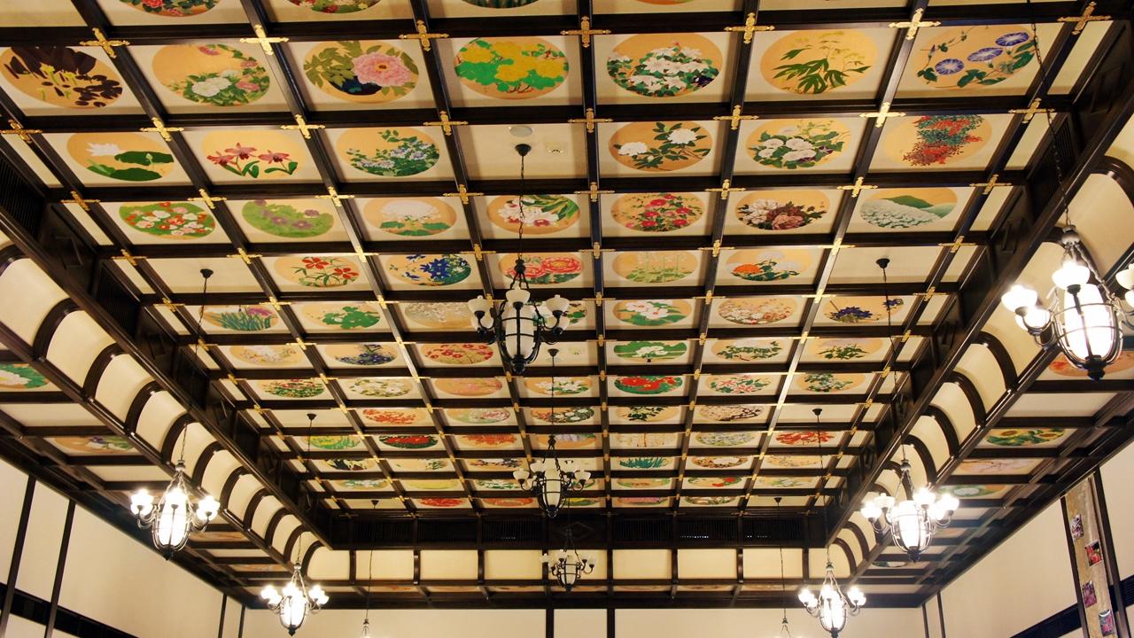 貴賓館的華麗天花綴有過百幅畫作,展現小樽的四季花姿