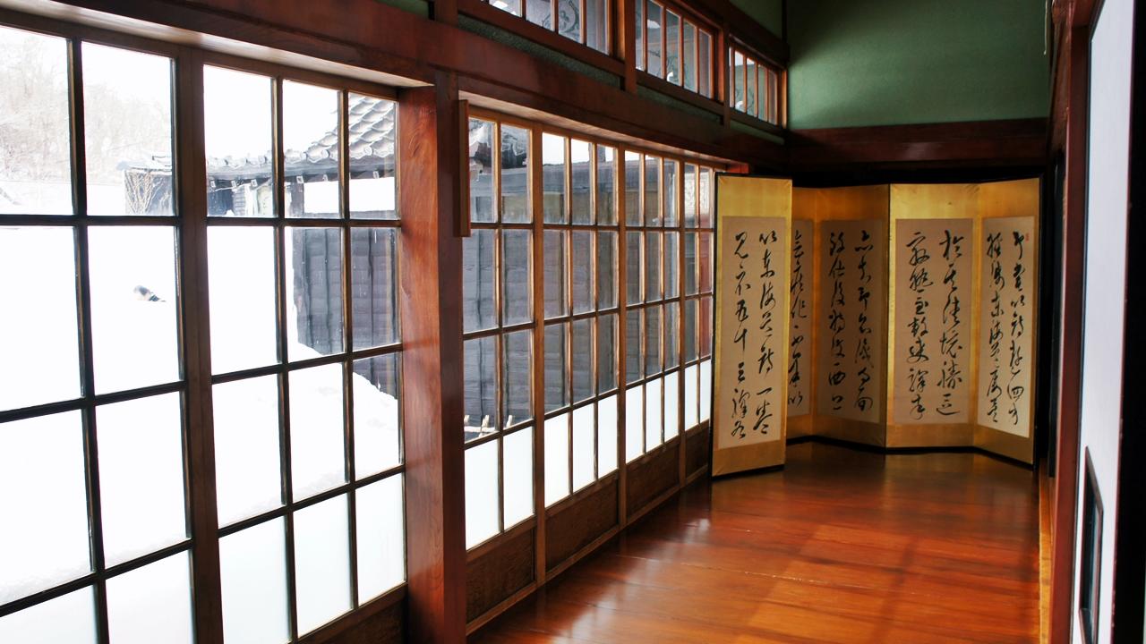 主屋的走廊、樑柱、拉門上框全部使用春慶漆法。