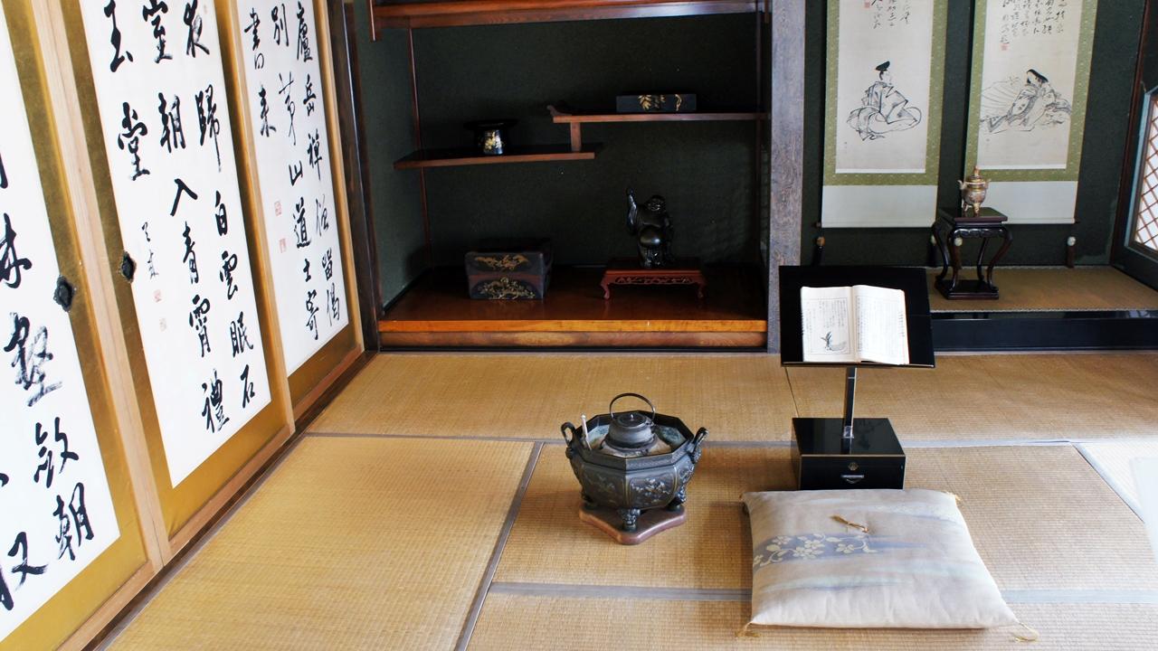 室內近二十個房間收藏了不少畫家和書法家的珍品。