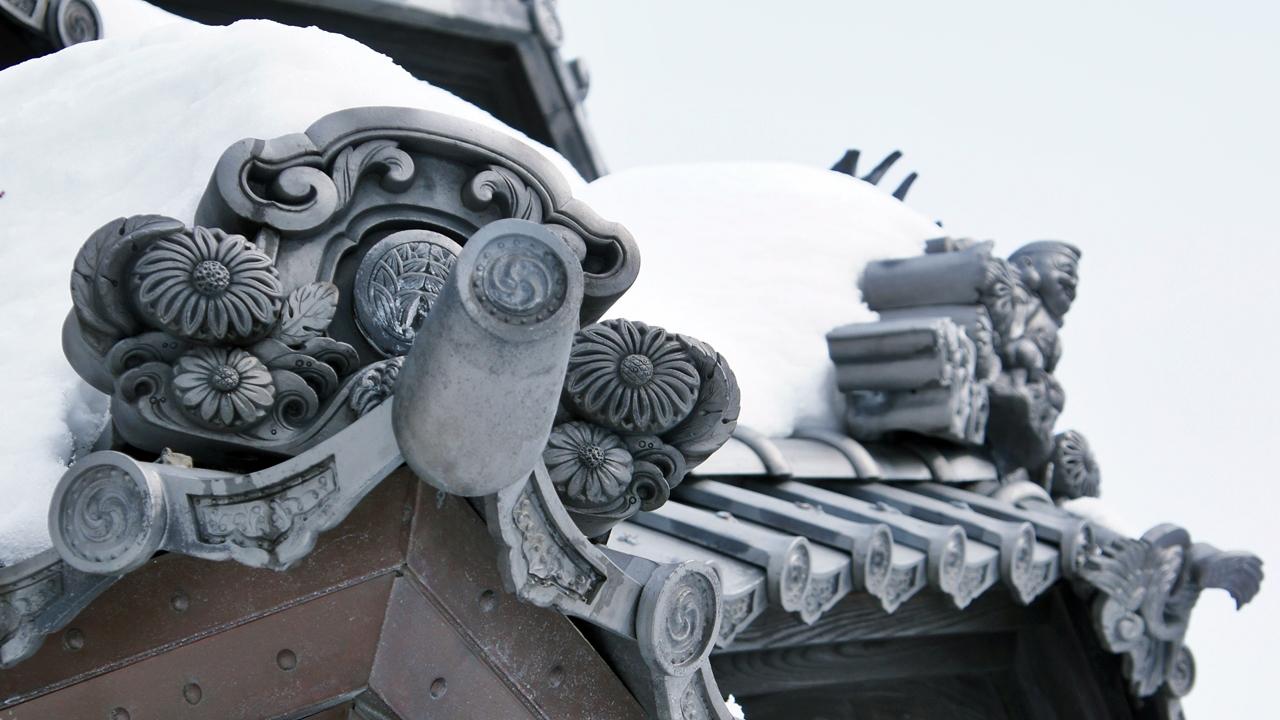 精雕細琢的日式屋瓦刻有青山家的家紋。