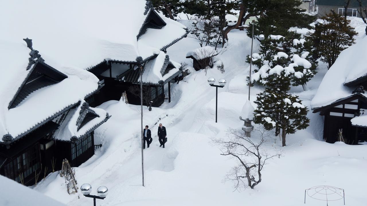 附近建築皆被皚皚白雪覆蓋。