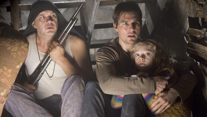 Tim Robbins Tom Cruise and Dakota Fanning in War of the Worlds
